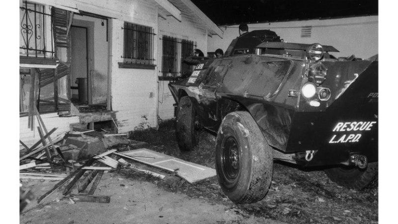 un char-bélier de la LAPD devant une porte défoncée, Jack Gaunt/LA Times
