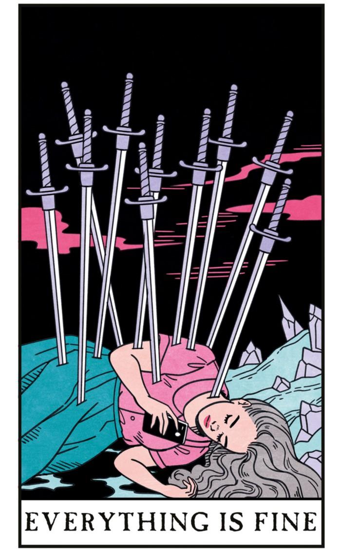 Le 10 d'Épées interprété par Lisa Sterle : une jeune femme est allongée sur le côté, tenant un smartphone qu'elle regarde, alors que 10 épées la transpercent